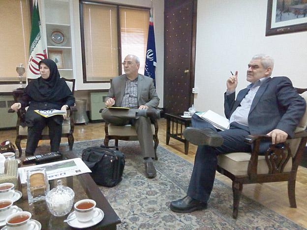 """در دیدار آقای حاجی با معاون وزیر صنعت بررسی شد:  مشکلات شرکت های""""سوف ساتین"""" و"""" بنیاد پوشش"""""""
