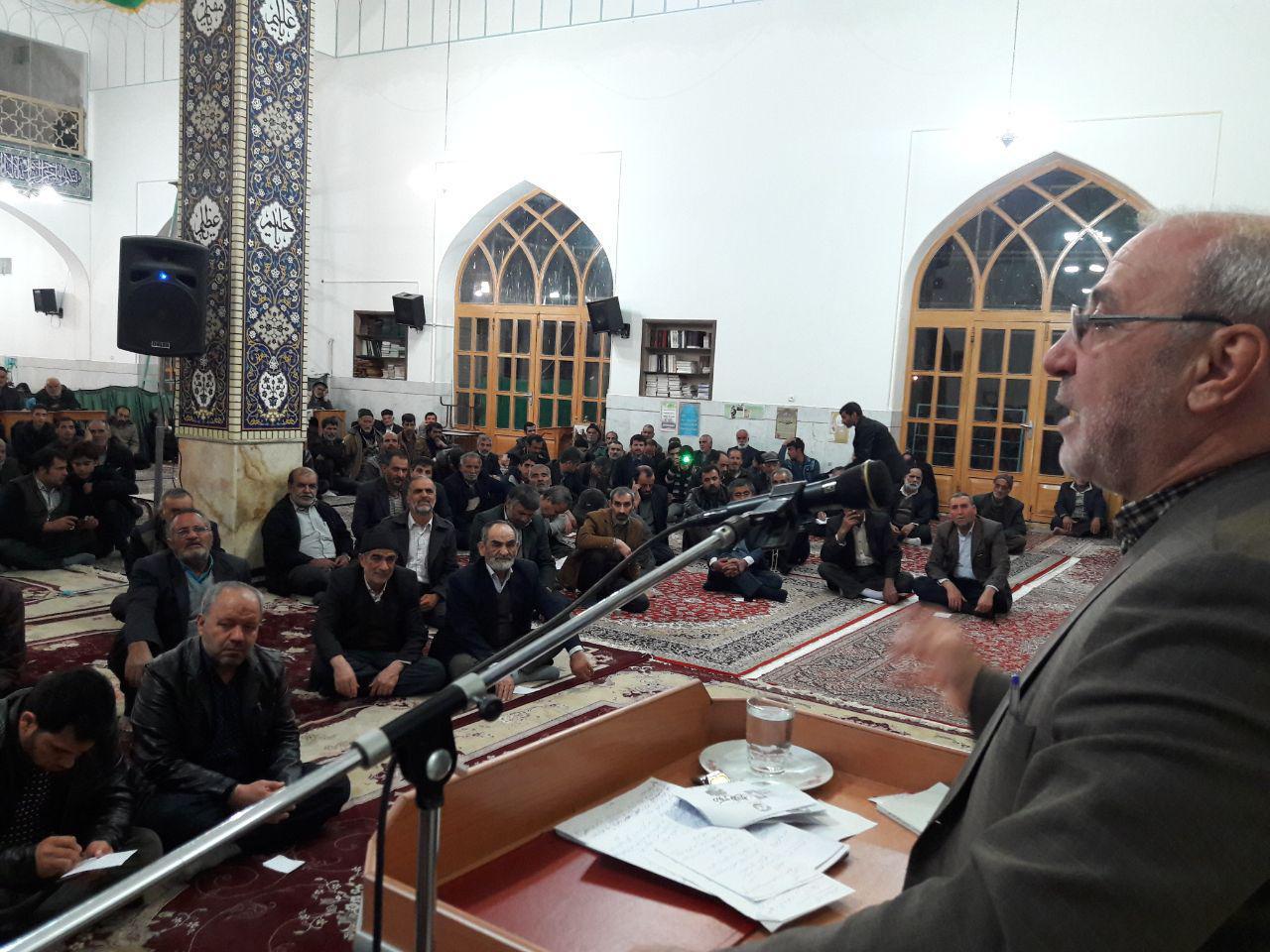 حاجی ؛ در جمع مردم شریف حبیب آباد وضعیت کنونی کشور و فتنه اخیر را تشریح کرد.